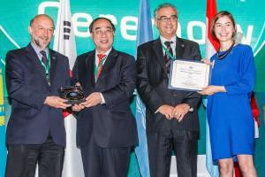 L'ambassadeur Francis Etienne et Claire-Marie Foulquier-Gazagnes d'Etalabreçoivent le premier Prix d'e-gouvernement européen par l'ONU