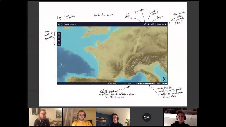 Sur la majeure partie de l'écran: une capture d'écran de portail en ligne montrant la France et les mers et océans qui l'entoure. Cette capture d'écran est collée sur un fond blanc où sont inscrites des annotations qui donnent des explications sur les différents choix d'interface du portail. En bas de l'image, en beaucoup plus petit, les vignettes vidéo de 5 personnes dont une en train de parler.