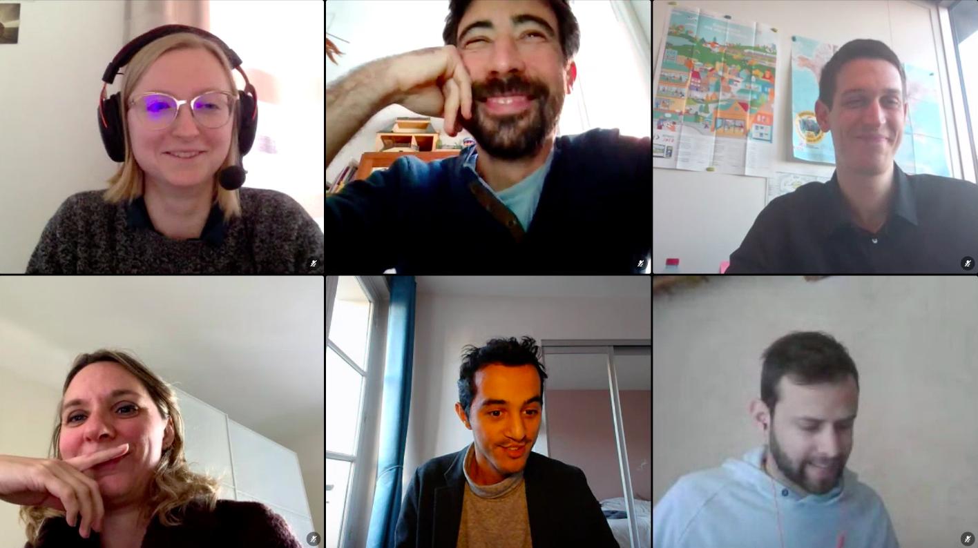 Grille présentant six vignettes de personnes en visioconférence, qui rient et sourient.